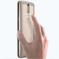 ZTE AXON mini : un smartphone qui  obéit au doigt et à l'oeil