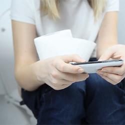 Les étudiants travaillent de plus en plus sur smartphone aux WC