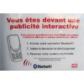 Une affiche publicitaire qui envoie des données sur les téléphones portables